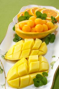 マンゴーとパパイヤとオレンジの写真素材 [FYI01608212]