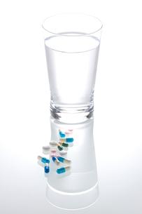 薬と水の写真素材 [FYI01608281]