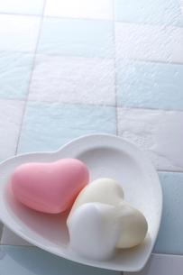 ハートの石鹸と泡とシャワーの写真素材 [FYI01608288]
