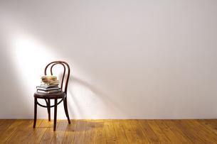 本と椅子の写真素材 [FYI01608294]