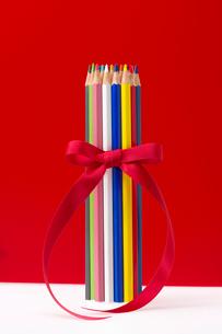 色鉛筆とリボンの写真素材 [FYI01608548]