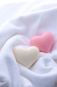 ハートの石鹸とタオルの写真素材 [FYI01608583]