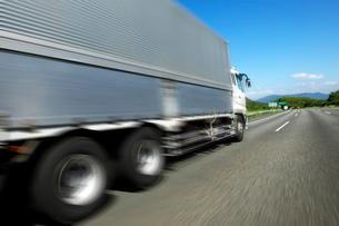 高速道路を走るトラックの写真素材 [FYI01608610]