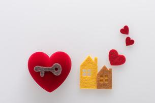 フェルトの家と鍵とハートの写真素材 [FYI01608646]