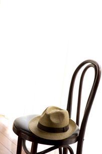 麦わら帽子と椅子の写真素材 [FYI01608647]