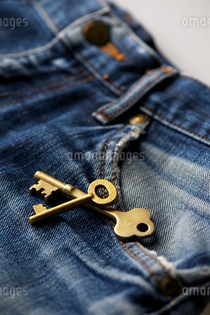 鍵とジーンズの写真素材 [FYI01608669]