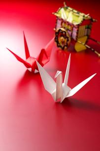 折り鶴と御所車の写真素材 [FYI01608678]