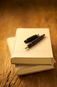 万年筆と本の写真素材 [FYI01608686]