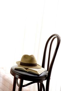 椅子の上の帽子と本の写真素材 [FYI01608706]