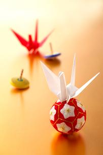 折り鶴と手毬の写真素材 [FYI01608760]