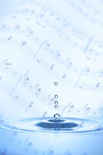 水と音符の写真素材 [FYI01608784]