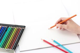 色鉛筆を持つ女性の手の写真素材 [FYI01608832]