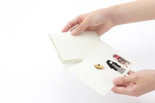 招待状を開封する女性の手の写真素材 [FYI01608840]