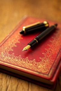 万年筆と手帳の写真素材 [FYI01608860]