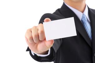 カードを持つビジネスマンの写真素材 [FYI01608869]