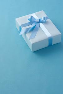 リボンのかかったプレゼントの写真素材 [FYI01608873]
