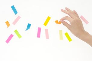 付箋紙を付ける女性の手の写真素材 [FYI01608913]
