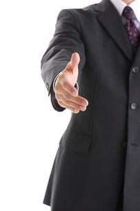 握手を求めるビジネスマンの写真素材 [FYI01608975]