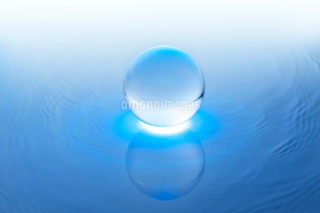 水に浮かぶ透明の球体の写真素材 [FYI01609000]
