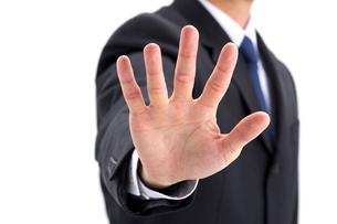 掌を広げるビジネスマンの写真素材 [FYI01609121]