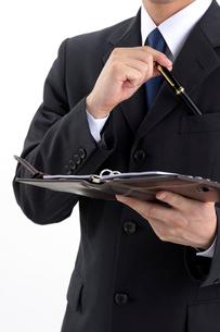万年筆を取り出すビジネスマンの写真素材 [FYI01609148]
