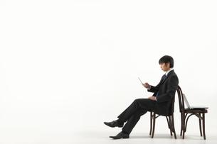 携帯とビジネスマンの写真素材 [FYI01609207]