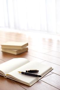 万年筆と白紙の本の写真素材 [FYI01609266]