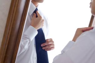 ネクタイを締める手の写真素材 [FYI01609275]