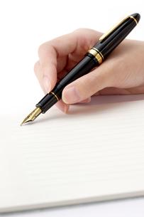 万年筆で手紙を書く女性の手の写真素材 [FYI01609300]