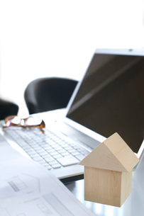 設計図と木の家とノートパソコンの写真素材 [FYI01609317]
