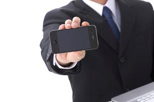 スマートフォンを持つビジネスマンの写真素材 [FYI01609321]