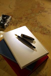 万年筆と本の写真素材 [FYI01609359]