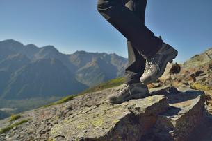 登山をしている人の脚と靴の写真素材 [FYI01609413]