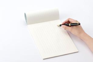万年筆で手紙を書く女性の手の写真素材 [FYI01609435]