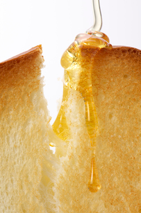 トーストに蜂蜜の写真素材 [FYI01609445]