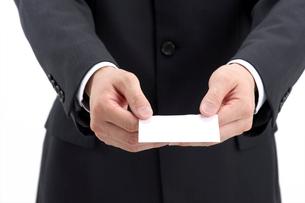 名刺を差し出すビジネスマンの写真素材 [FYI01609478]