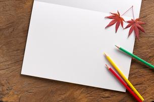 スケッチブックと色鉛筆の写真素材 [FYI01609491]
