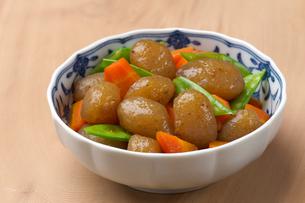 こんにゃくの煮物の写真素材 [FYI01609535]