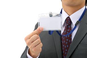 社員証を持つビジネスマンの写真素材 [FYI01609587]