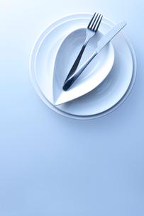 白い食器とフォークとナイフの写真素材 [FYI01609589]