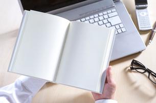 白紙の本を持つ男性の写真素材 [FYI01609626]