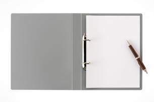 バインダーとボールペンの写真素材 [FYI01609633]