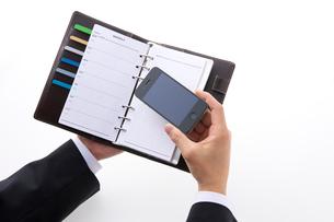 スマートフォンを持つビジネスマンの写真素材 [FYI01609695]