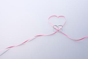 結婚指輪とハートのリボンの写真素材 [FYI01609703]