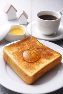 トーストに蜂蜜の写真素材 [FYI01609740]