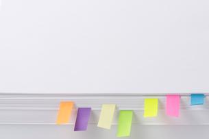 付箋紙と白い紙の写真素材 [FYI01609778]