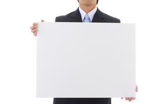 メッセージボードを持つビジネスマンの写真素材 [FYI01609819]