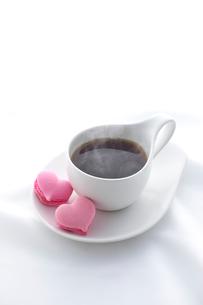 コーヒーとハートのマカロンの写真素材 [FYI01609823]