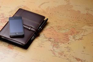 スマートフォンと世界地図の写真素材 [FYI01609834]