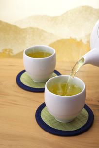 お茶を注ぐの写真素材 [FYI01609842]